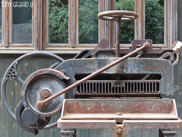 Un'antica taglierina industriale (donata da una tipografia della zona) reperita e poi collocata in situ da uno dei fondatori del museo inaugurato nel 1997
