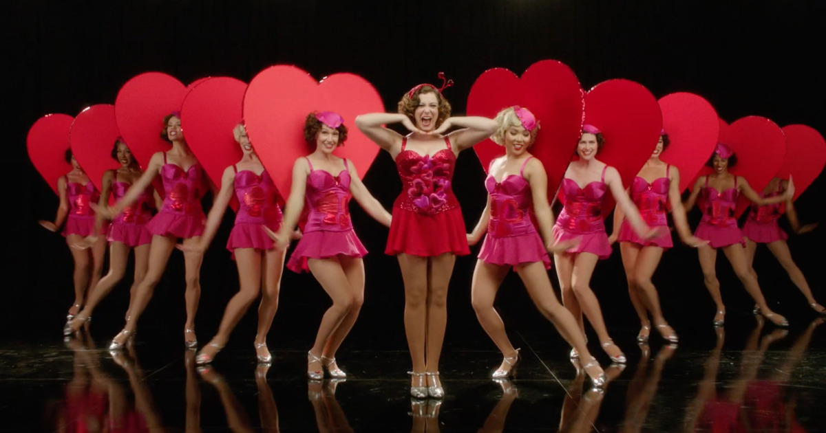 Rachel Bloom en el opening de la segunda temporada de Crazy Ex-Girlfriend
