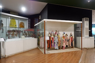Koleksi lainnya yang ada di dalam museum berupa patung-patung yang disimpan dalam lemari display yang dikelilingi oleh kaca