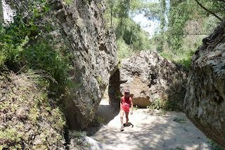 Izan caminando en el Valle de Ihlara.