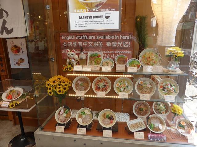 Reproducciones en plastico de los platos del menú de un restaurante