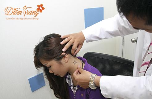 Bác sĩ hướng dẫn điều trị xóa hình xăm bằng laser
