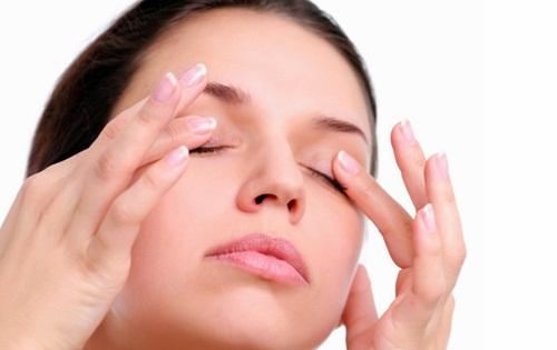 mengatasi mata bengkak setelah bangun tidur