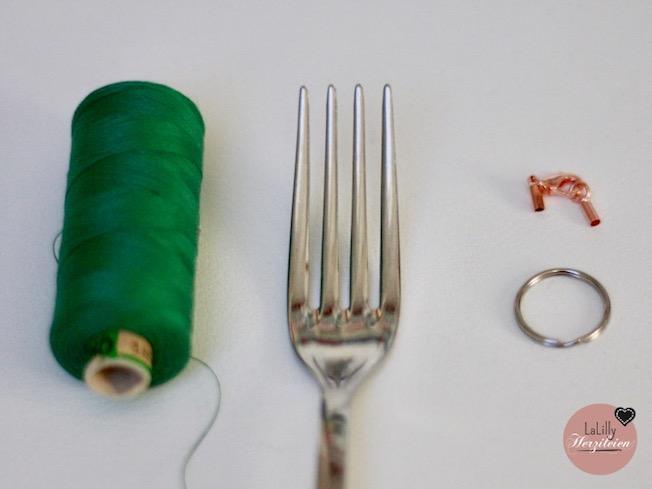 Aus Nähgarn oder Stickgarnresten lassen sich schnell und einfach hübsche Tassles oder Quasten selbermachen. In weniger als 5 Minuten hast du Tassles für DIY-Schmuck, zum Aufpeppen deiner Nähwerke oder zum Dekorieren. und deine Garnreste musst du nicht wegwerfen.