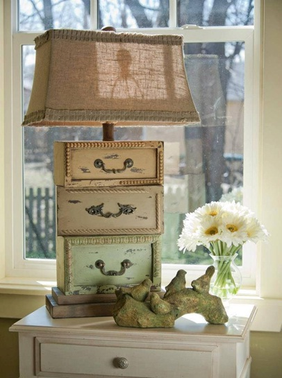 Buat lampu meja cantik dan unik dengan memanfaatkan laci-laci bekas.