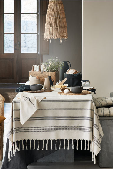H&M HOME   Fill your home with romantic opulence or indulge in an urban oasis. From plush velvet cushions and gold-rimmed accessories, to handcrafted homeware in natural materials — autumn's affordable trends are ready to give your home an exclusive touch.