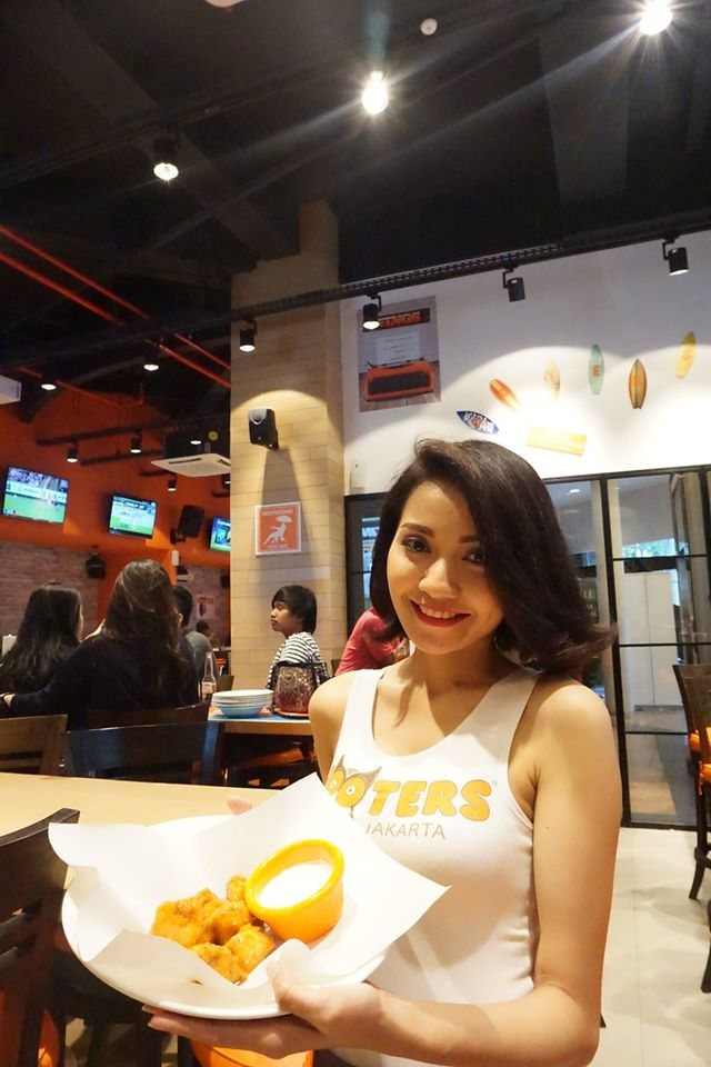 Hooters jakarta jakarta100bars nightlife reviews for Spa uniform indonesia