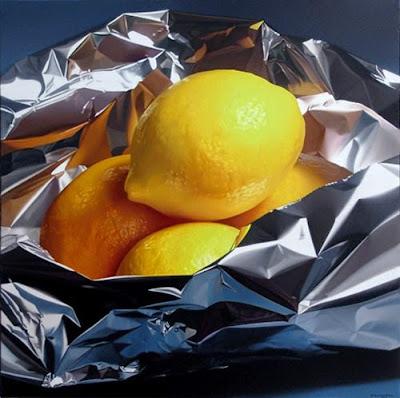 Pintura hiperrealista de limones envueltos en papel aluminio