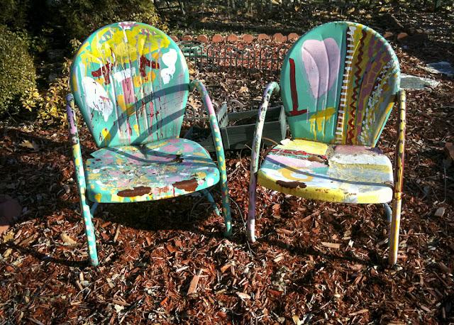Kaksi värikästä tuolia auringossa