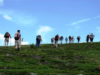 Wandern - Wanderer besteigen einen Berg