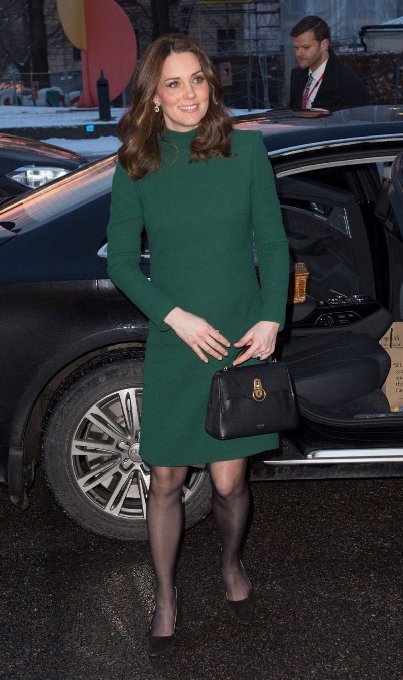 a9546dc90e47 Kate Middleton con un elegante midi dress di Catherine Walker e orecchini  pendenti di Kiki McDonough.