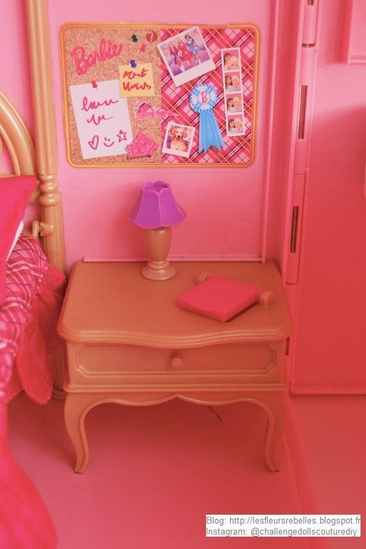 Table de chevet Barbie avec lampe et réveil fermé