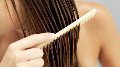 Pentear os cabelos molhados