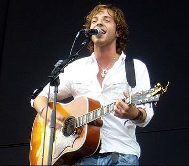 Foto de James Morrison con su guitarra en el escenario