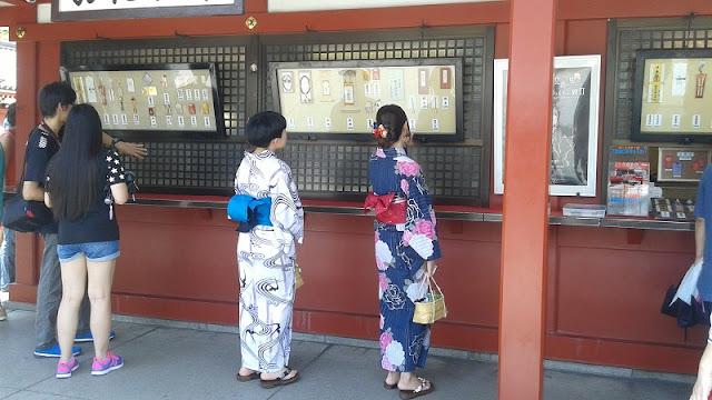 Jovenes niponas a la entrada del Templo Senso-ji
