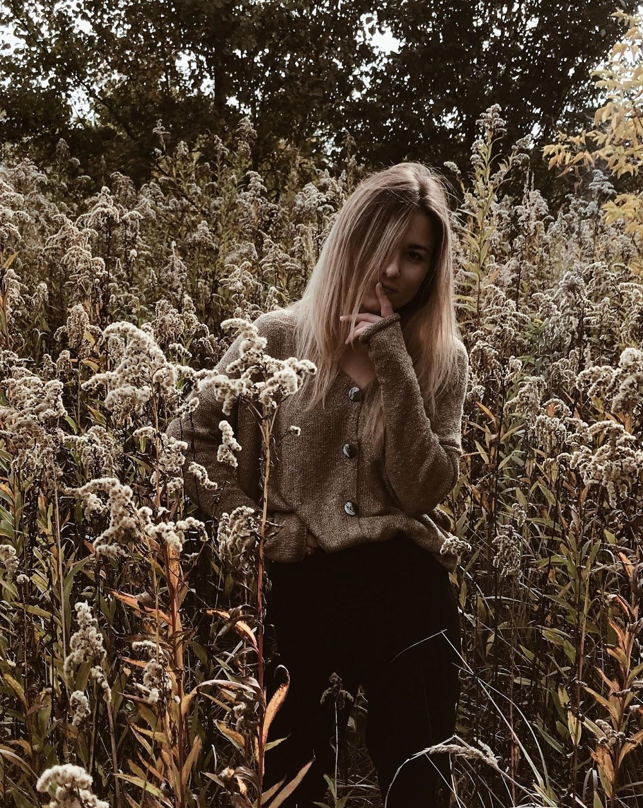 Piaskowy sweter i łąka