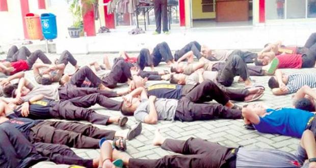 Kerana Tak Solat, 78 Polis Di Hukum Baring, Tekan Tubi Di Tengah Panas