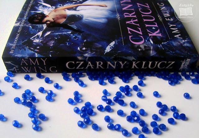 niebieskie kulki, niebieska okladka, Amy Ewing, klejnot, biała róża, czarny klucz, białe tło do zdjęcia, ksiażka, młodziezowe fajnasy, co do czytania młodziezowego, lektura młodziezowa, jak zachęcić młodzież do czytania, wartości w książce, wartościowa ksiązka, jak czytać, jak szybciej czytać