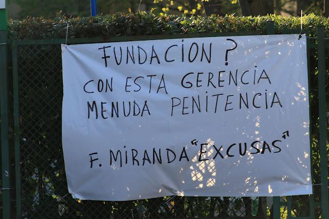 Pancarta colocada en los accesos a la Fundación Miranda durante una protesta de familiares