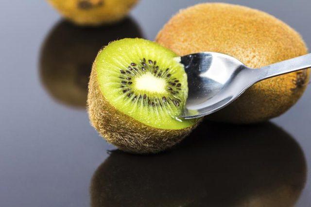 makan buah kiwi