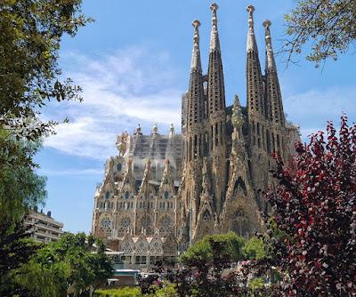 На побережье средиземноморья раскинулся потрясающий и величественный город Барселона. Высокоразвитая столица Испании. Здесь когда-то коротали свой век и творили шедевры, такие великие личности, как Сальвадор Дали, Пабло Пикассо, Жоан Миро и Антонио Гауди.