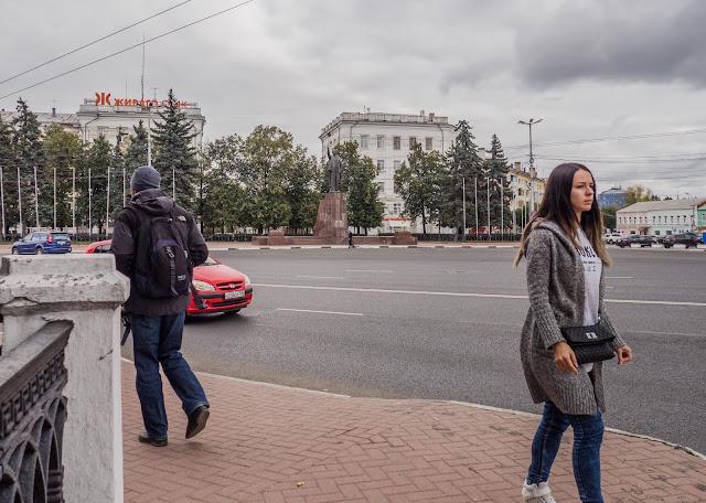 Памятник В.И.Ленину в г. Рязань на ул. Черновицкая и проходящая мимо красивая девушка