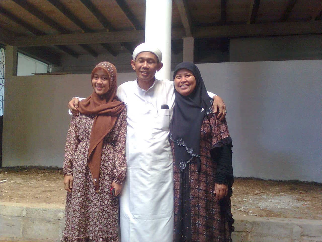 Drs. KH. M. Ibnu Mukti, M.Pd.I bersama putri (Ning Mia) dan Ibu Nyai Permata Ulfah