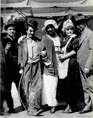 """Чарли Чаплин, Марта Голден и Эдна Первайэнс на съемках """"Работы"""" / Work (1915)"""