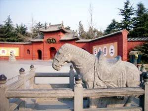 Gambar patung kuda putih louyang
