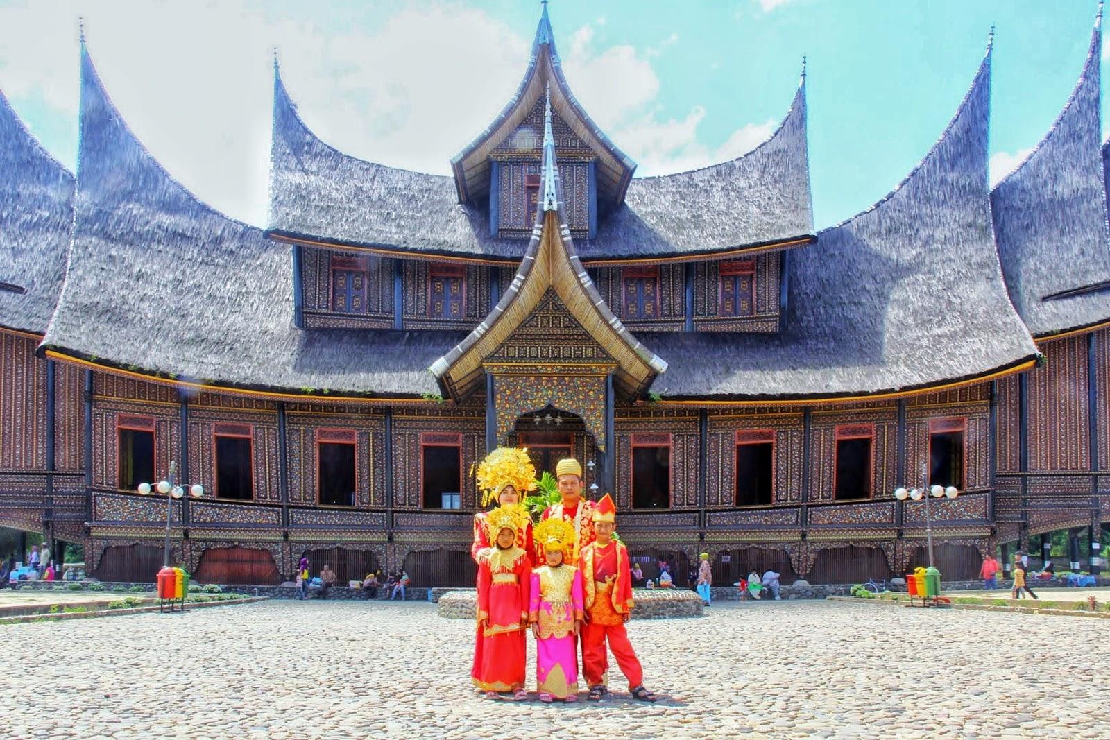 Bergaya Dengan Pakaian Tradisional Melayu Minang Di Istana Pagar Ruyong