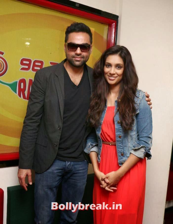 Abhay Deol, Preeti Desai, Abhay Deol and Preeti Desai Promote One By Two at Radio Mirchi