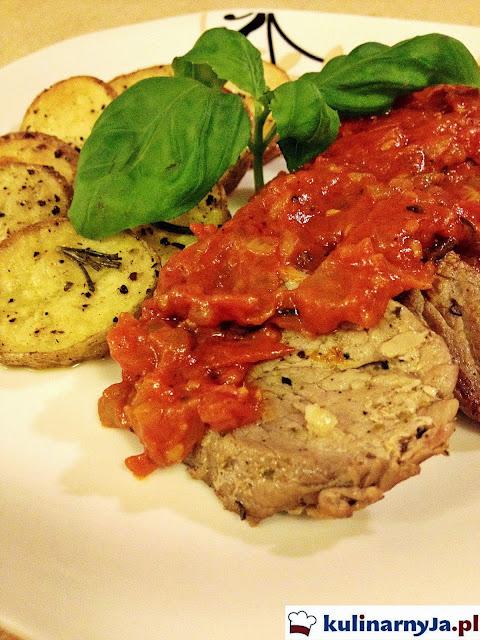 Eskalopki z polędwiczek wieprzowych w pikantnym sosie pomidorowym