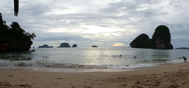 Playa de Phra Nang a pocos minutos de la puesta de sol