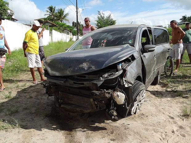 Jovem dirigia carro que saiu da pista e capotou  (Foto: Ney Silva/Acorda Cidade)
