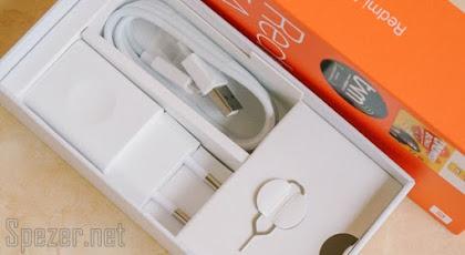 Aksesori berupa alat ejector laci kartu SIM, charger, dan kabel data