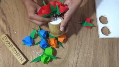 Menaruh bunga di vas bunga