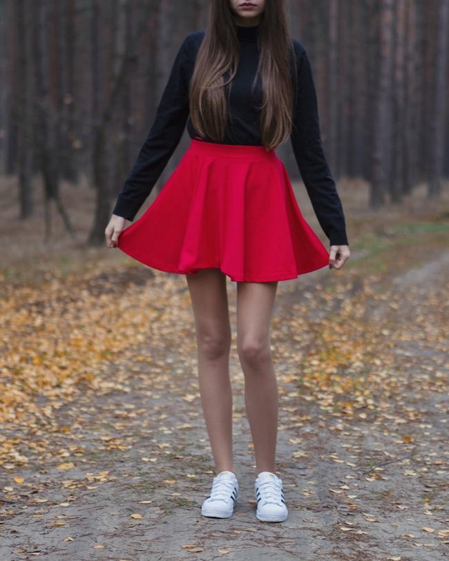 długie nogi i spódnica