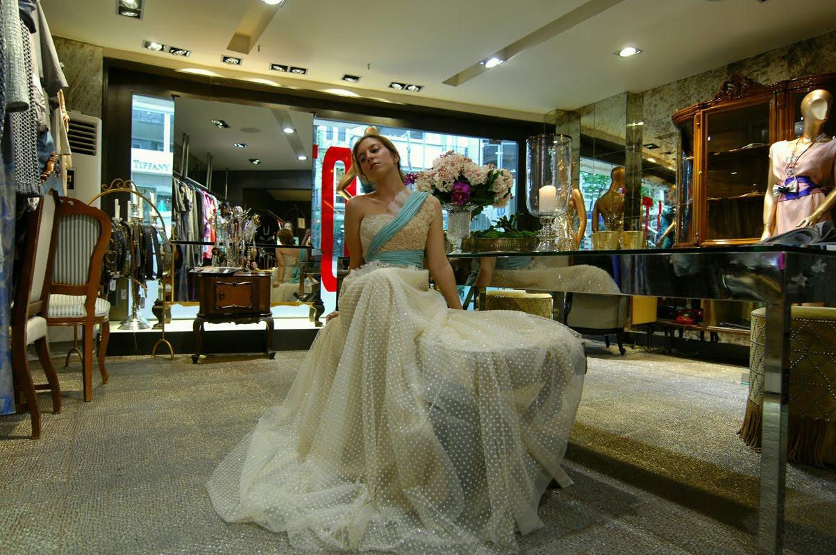 c36708f830789 Yukarıdaki elbise taşıması kolay olmayan ama zahmete değecek bir model.  Puantiye şifon kumaş muhteşem. Fildişine renk katan nil yeşili ve gövdedeki  pudra ...
