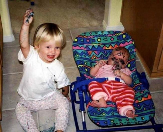 Crianças fazendo bagunça na casa