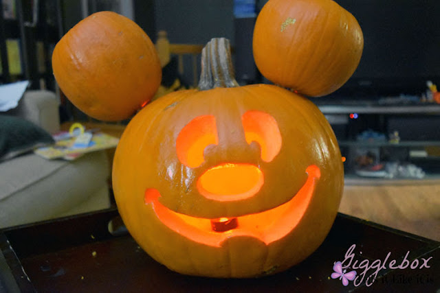 Mickey Mouse jack-o-lantern, how to make a Mickey Mouse jack-o-lantern, Halloween Disneyside, Halloween Disney decorating, Halloween, pumpkin carving, Disney pumpkin carving, jack-o-lantern idea, Disneyside,