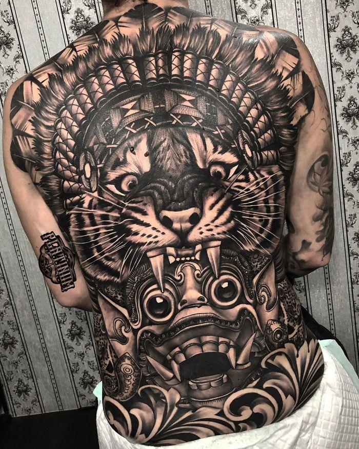 Vemos un tatuaje en blanco y negro de tigre