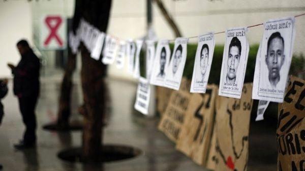 Familiares de los 43 de Ayotzinapa se reunieron con autoridades