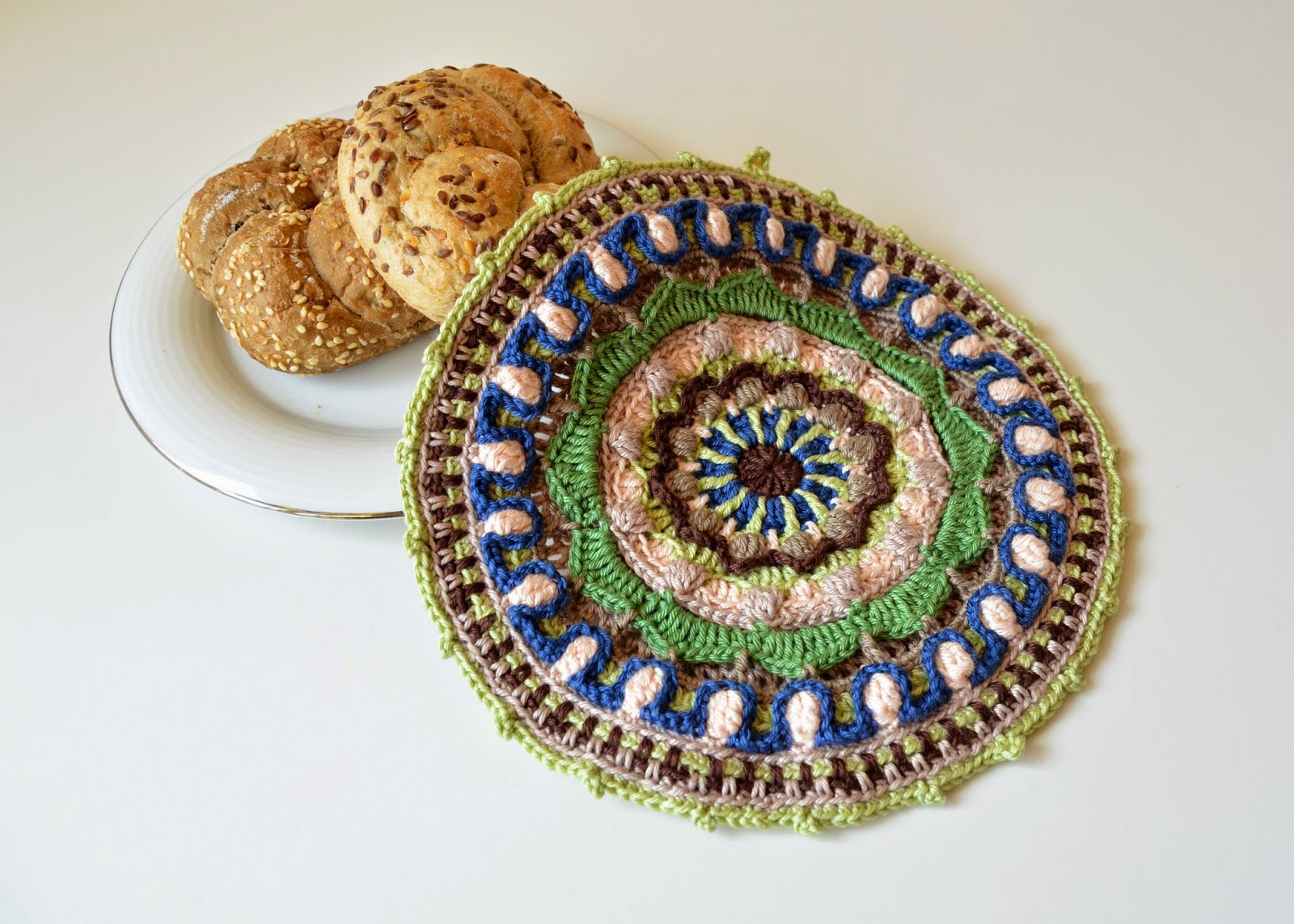 It is also possible to color mandalas in crochet - with yarn