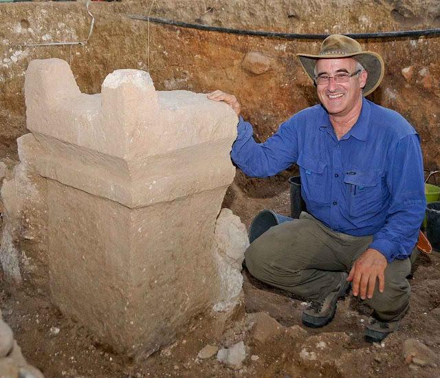Gate: um altar desenterrado e o chefe da expedição prof. Aren Maeir.