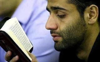 Orang yang Menagis Ketika Membaca Al-Quran