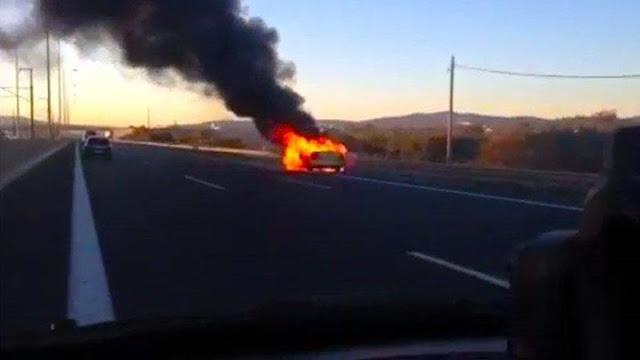 Ταξί τυλίχθηκε στις φλόγες (βίντεο)