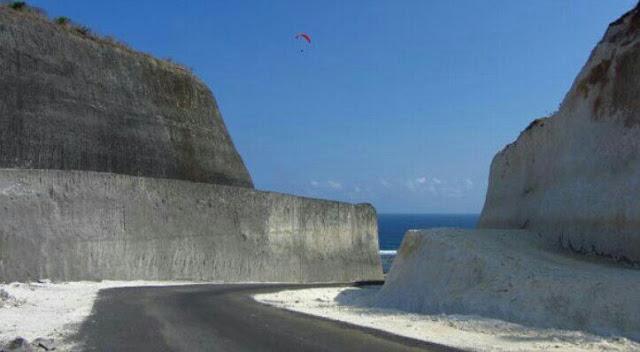 Jalan menuju wisata pantai pandawa bali