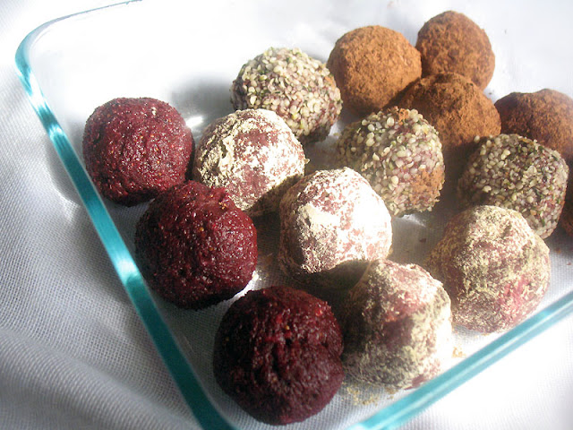 Raw Beetroot Energy Bites with Cacao and Fruit