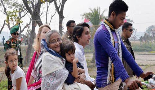 রিকশা ভ্যানে ঘুরছেন প্রধানমন্ত্রী শেখ হাসিনা
