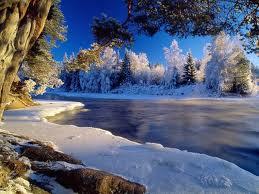 صور ثلوج وسط بحيرة من الماء في فصل الشتاء